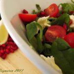 Retete de primavara: Salata cu spanac, rucola, rosii cherry, mozzarela si rodie [*lacto-vegetarian]