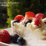 Retete de vara: pavlova cu fructe de padure, capsuni si creme chantilly [*lacto-ovo-vegetarian]