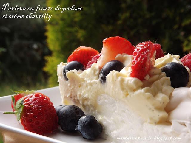 pavlova-cu-fructe-de-padure