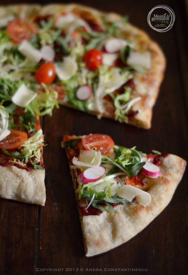 Pizza de primavara: ridichii, rucola, rosii cherry, Parmigiano reggiano