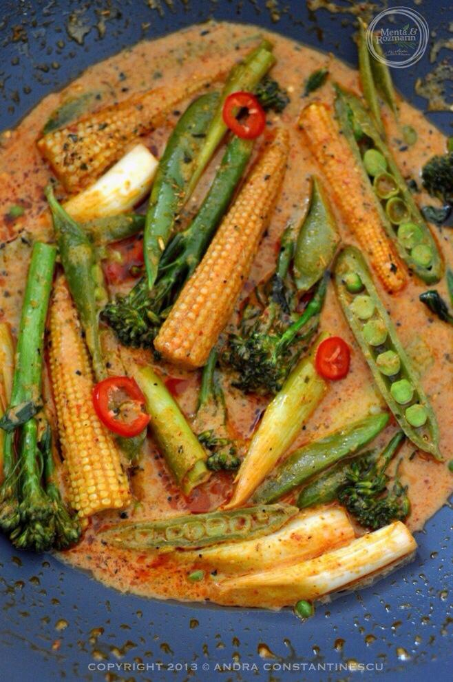 Red thai curry cu mini legume de primavara si orez basmati salbatic