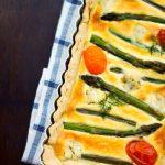 Retete de primavara-vara: tarta cu sparanghel, branza de capra si rosii Santini [*lacto-ovo-vegetarian]