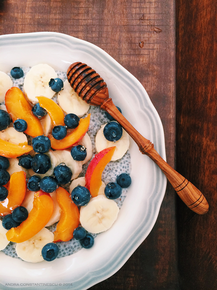 Mic dejun cu seminte de chia si fructe de vara
