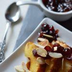 Desert de toamna-iarna: ananas caramelizat cu fulgi de migdale si sos de merisoare [vegan]