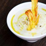 Supa crema de conopida cu chipsuri din pastarnac