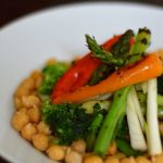Retete de primavara: salata cu naut, sparanghel, ceapa verde si ardei la grill [*vegan]