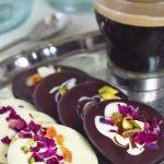 Mendiants: Discuri din ciocolata cu petale de trandafir, fistic, migdale si caise confiate