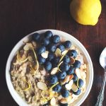 Porridge cu afine, migdale si coaja de lamaie